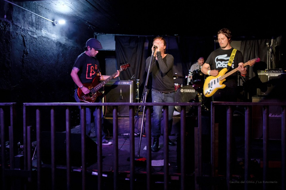 fotografía foto concierto presentación grupo rock phi mexico df en vivo colonia roma bajista dld la estantería cecilia del olmo
